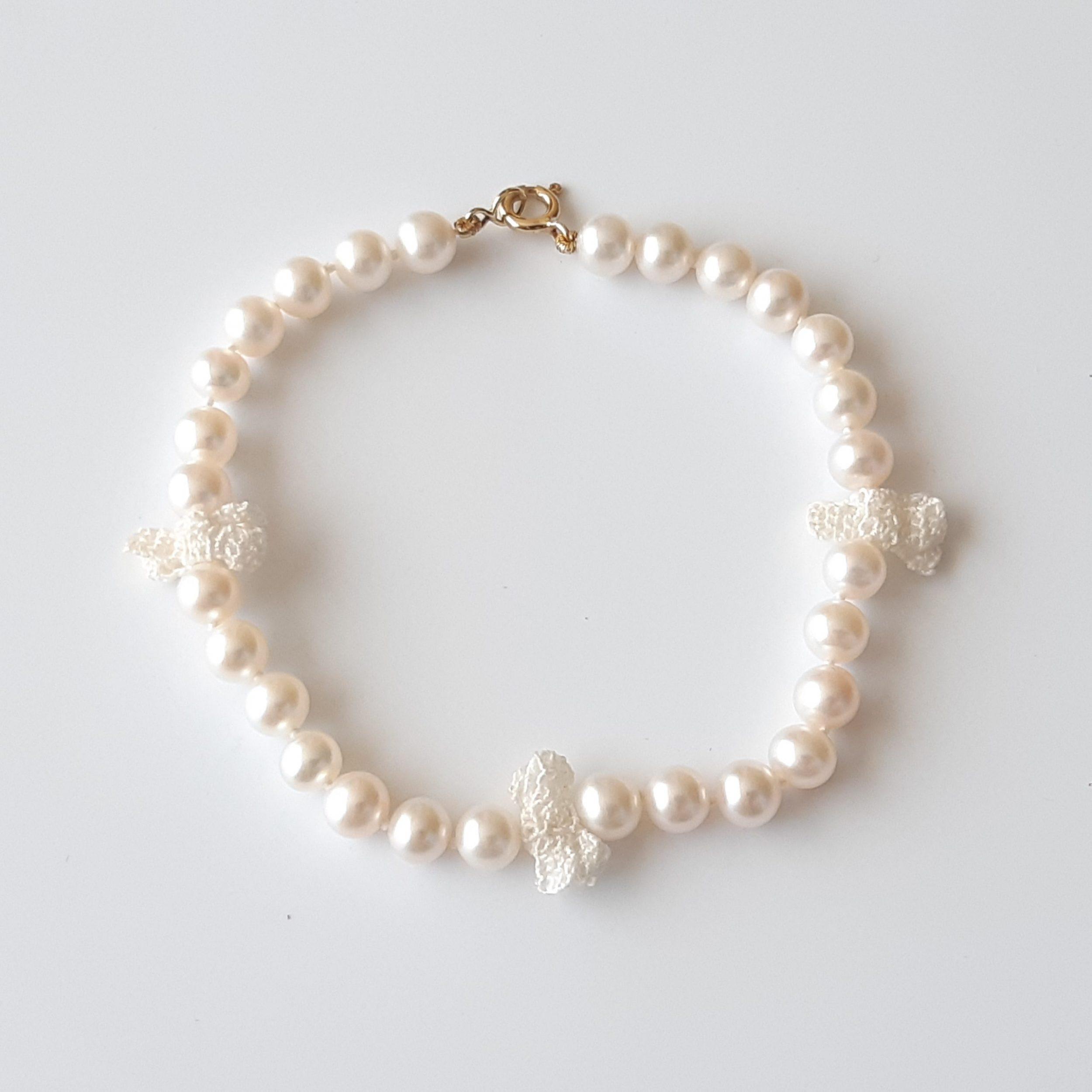 Pulsera de perlas de agua dulce y crochet